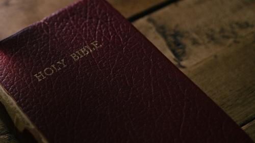 Uma Bíblia sobre uma mesa.