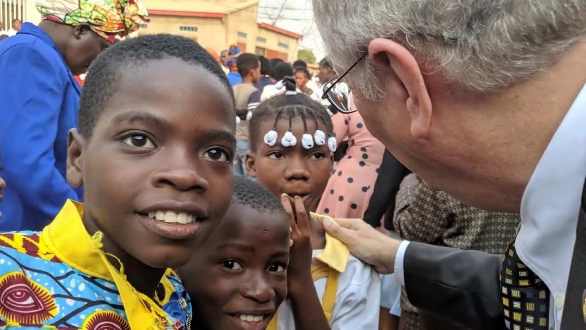 Photo of Jorge de Campos with students at the school in Angola.